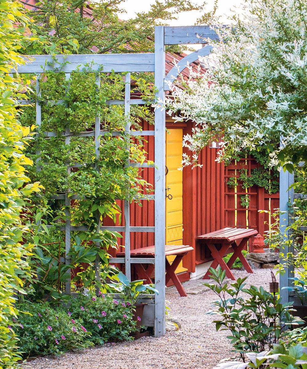 En spaljé delar upp trädgården och skapar mysiga rum utan att det blir instäng.