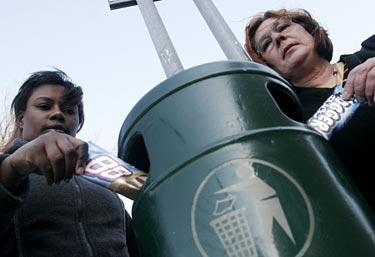 """Sopiga namn? Elisabeth Kaleebi och Kristina Larsson på Antidiskrimineringsbyrån i Malmö sågar GB-glassarna 88 och Nogger Black. """"88 står för Heil Hitler"""", säger Kristina Larsson. Men glasstillverkaren tillbakavisar alla anklagelser."""