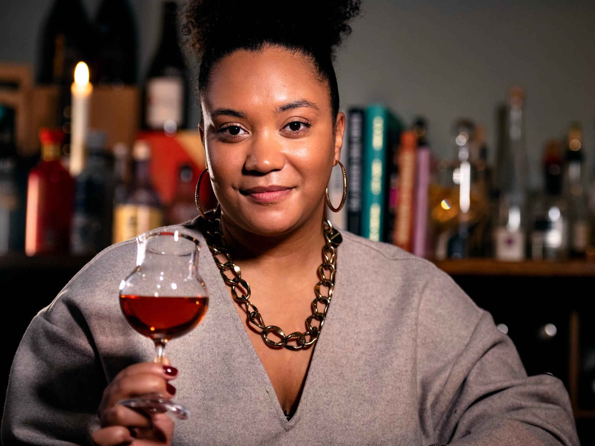 Sarah Lindstrand Mboge vet hur mycket du ska hälla i glaset för bästa smak och balans.