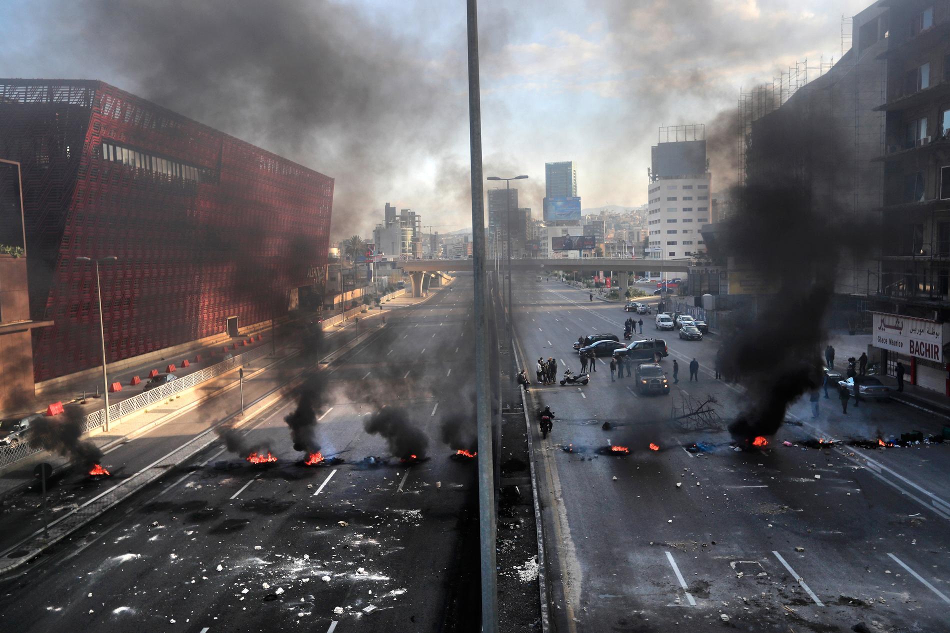 Brinnande däck i staden Jal el-Dib norr om Beirut i mars i år. I dag väntas ännu fler protester mot den styrande eliten, ett år efter den förödande explosionen.