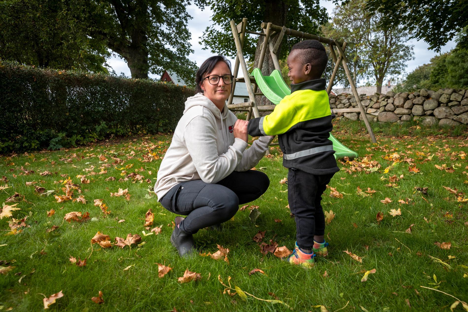 Tim med familjehemsmamman Sandra, som tidigare berättat om honom i Dagens Nyheter.