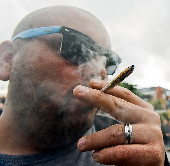 Marijuanarökare i Uruguay där droger har legaliserats.