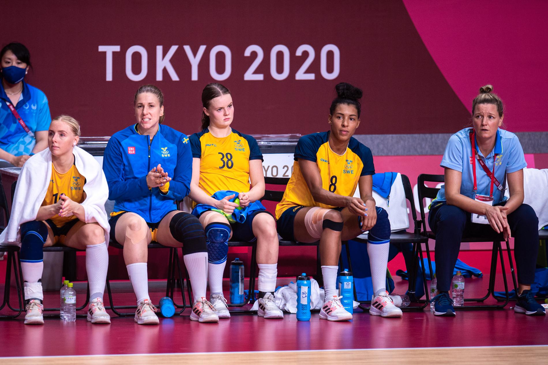 Elin Hansson (38) och Jamina Roberts (8) på bänken i bronsmatchen i OS.