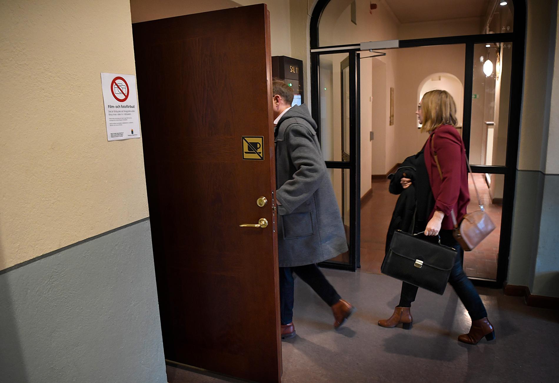 Advokat Kristina Wanhainen på väg in i rättegångssalen.