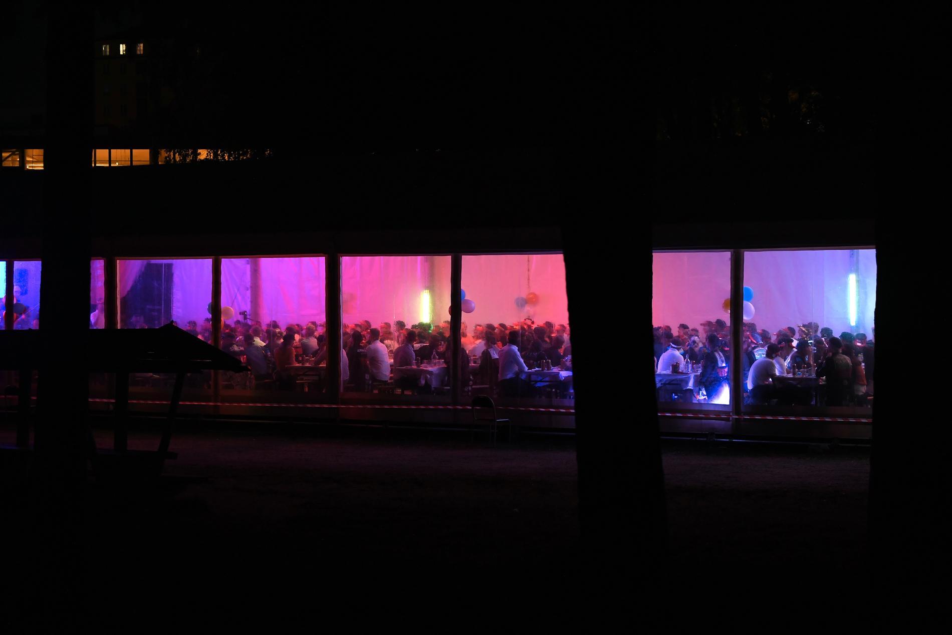 Omkring 200 studenter festade i ett partytält.