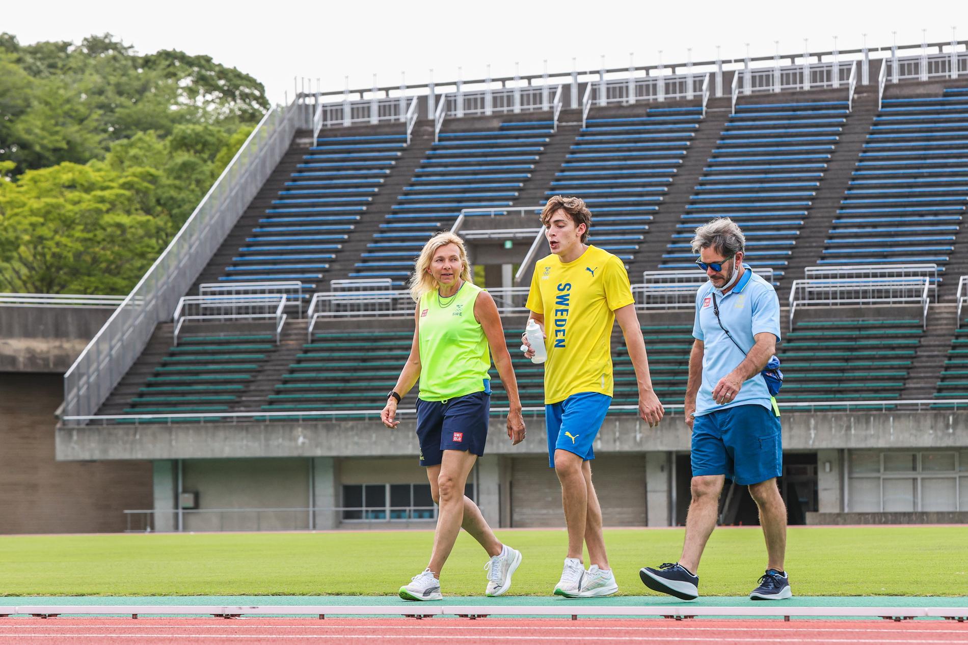 Mondo Duplantis med mamma Helena och pappa Greg i Tokyo.