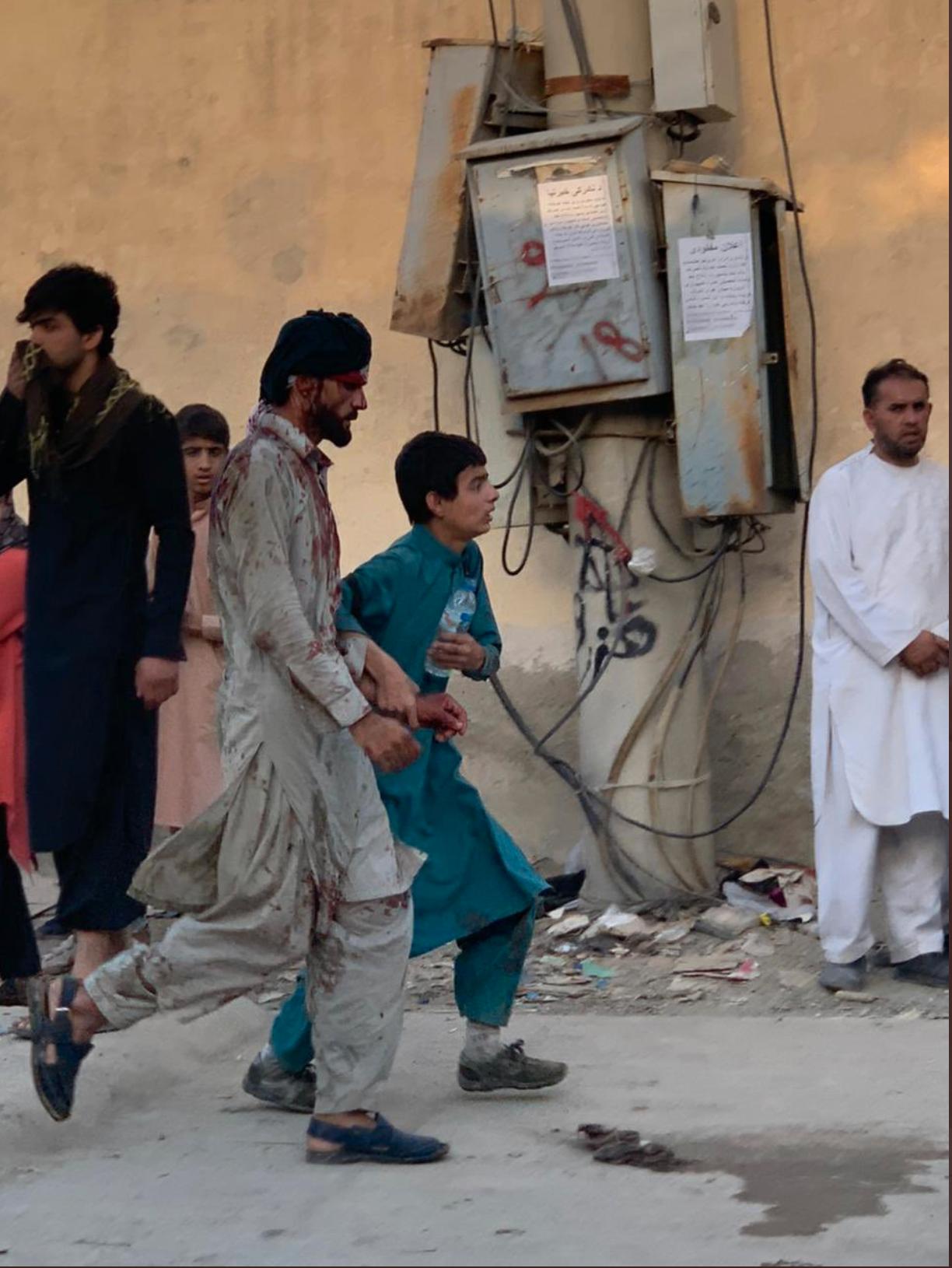 """Beirut-baserade journalisten Gareth Browne publicerar denna bild på Twitter, som sägs visa skadade i närheten av Baron Gate vid Kabuls flygplats: """"Bilden är skickad till mig av ett ögonvittne som tog den på plats"""", skriver han."""