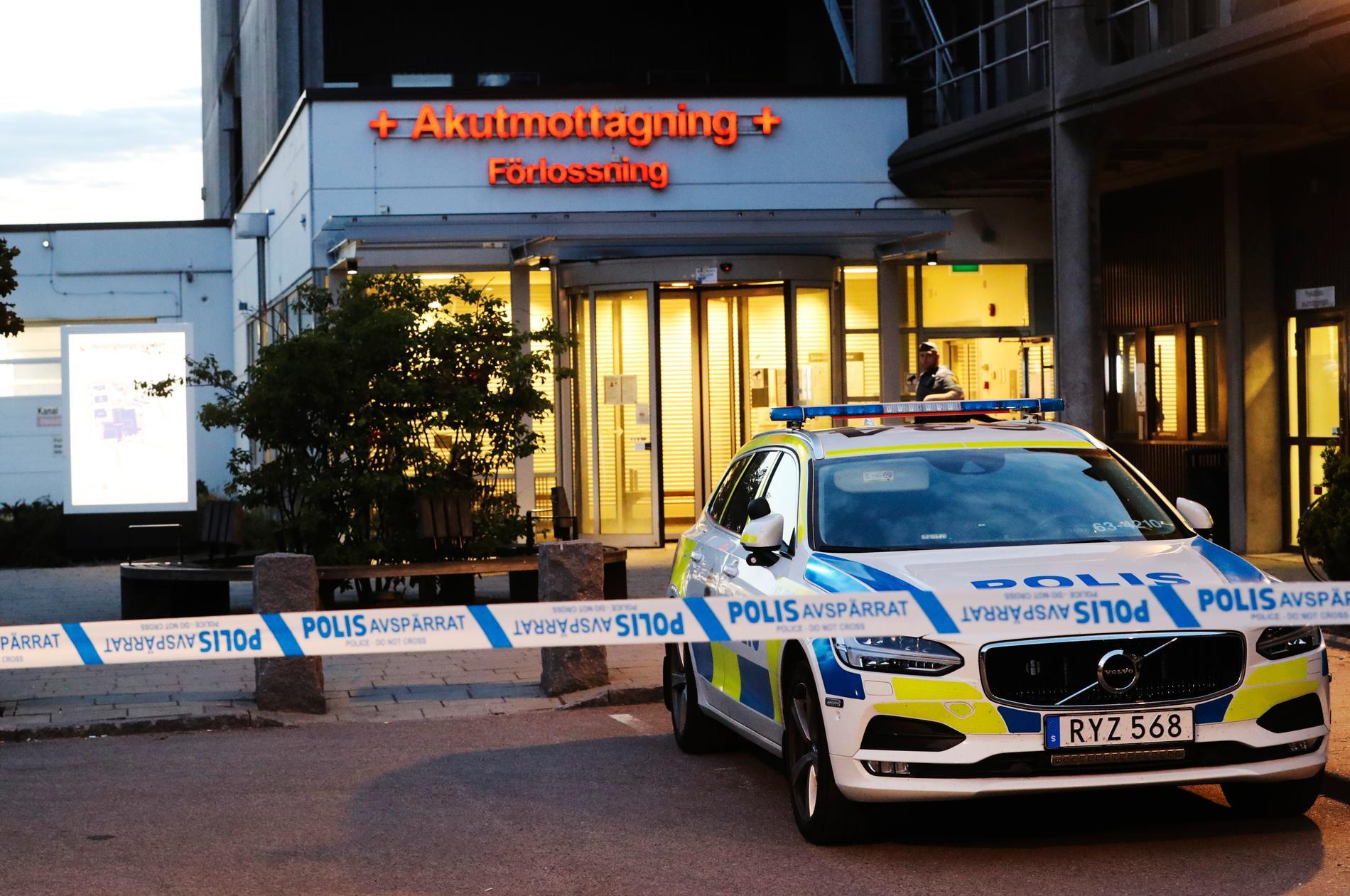 Sjukhuset i Helsingborg bevakas av flera polispatruller.
