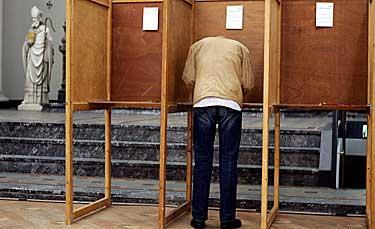 Folkomröstningen i Nederländerna går mot ett bestämt nej till EU:s grundlag.
