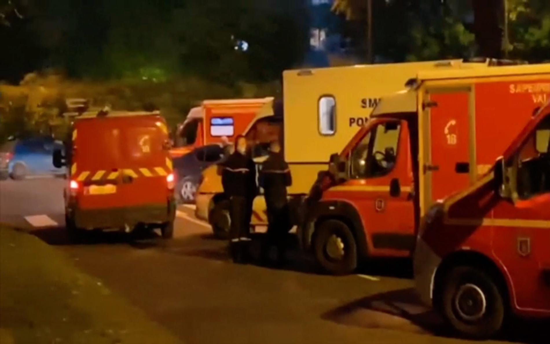 En man har blivit halshuggen i förorten Yvelines, nordväst om Paris.