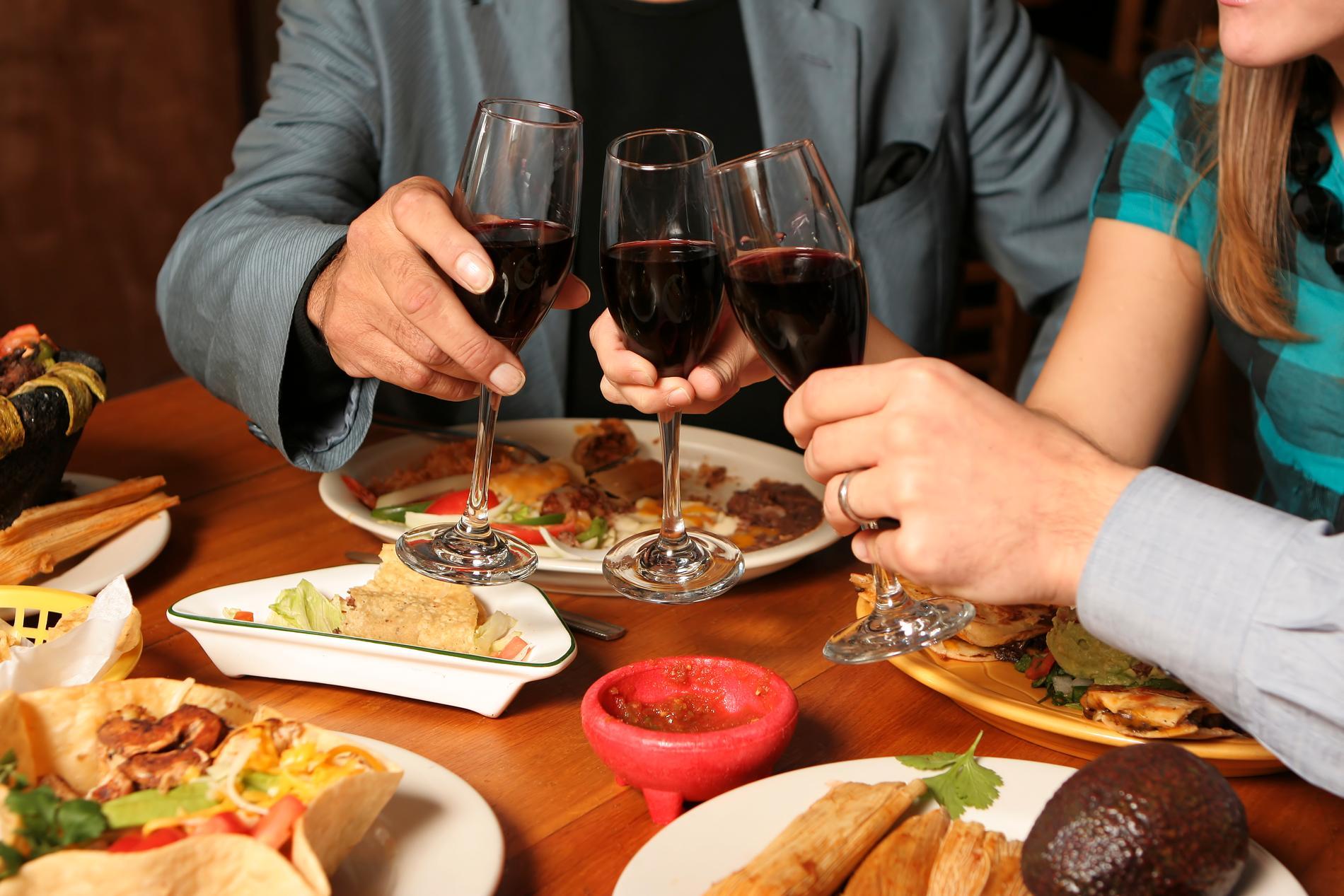Om man är sugen på rött så är en bärig och lätt beaujolais god till tacos.