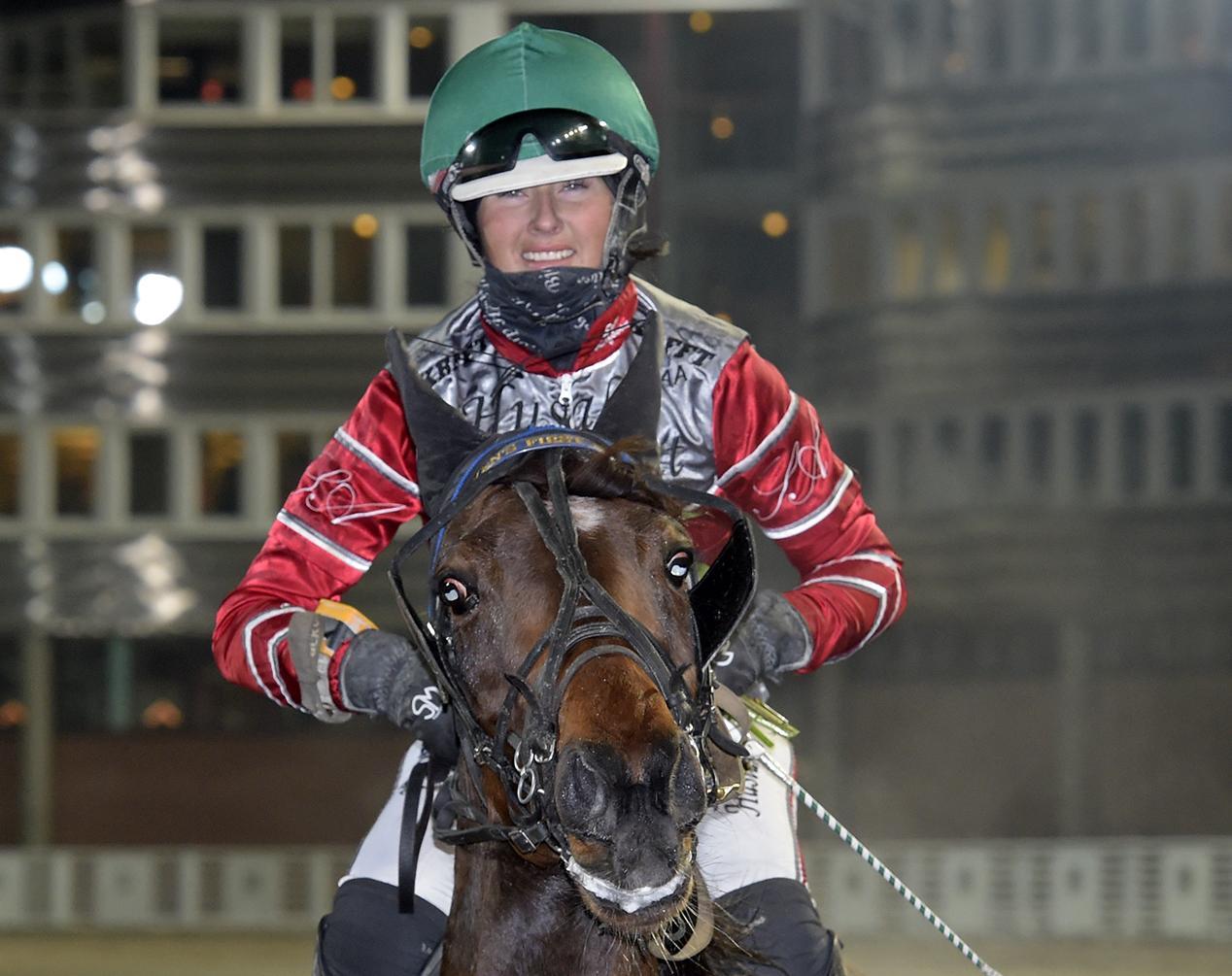 Sofia Adolfsson kör Windwalker i montéloppet, V64–3 i kväll. På bilden hästen Even's First Boy.