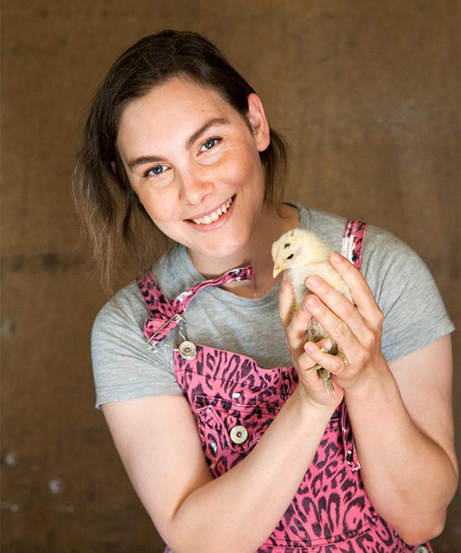 """""""Hönsen är en del av idén med att bo på landet"""", säger Felicia."""