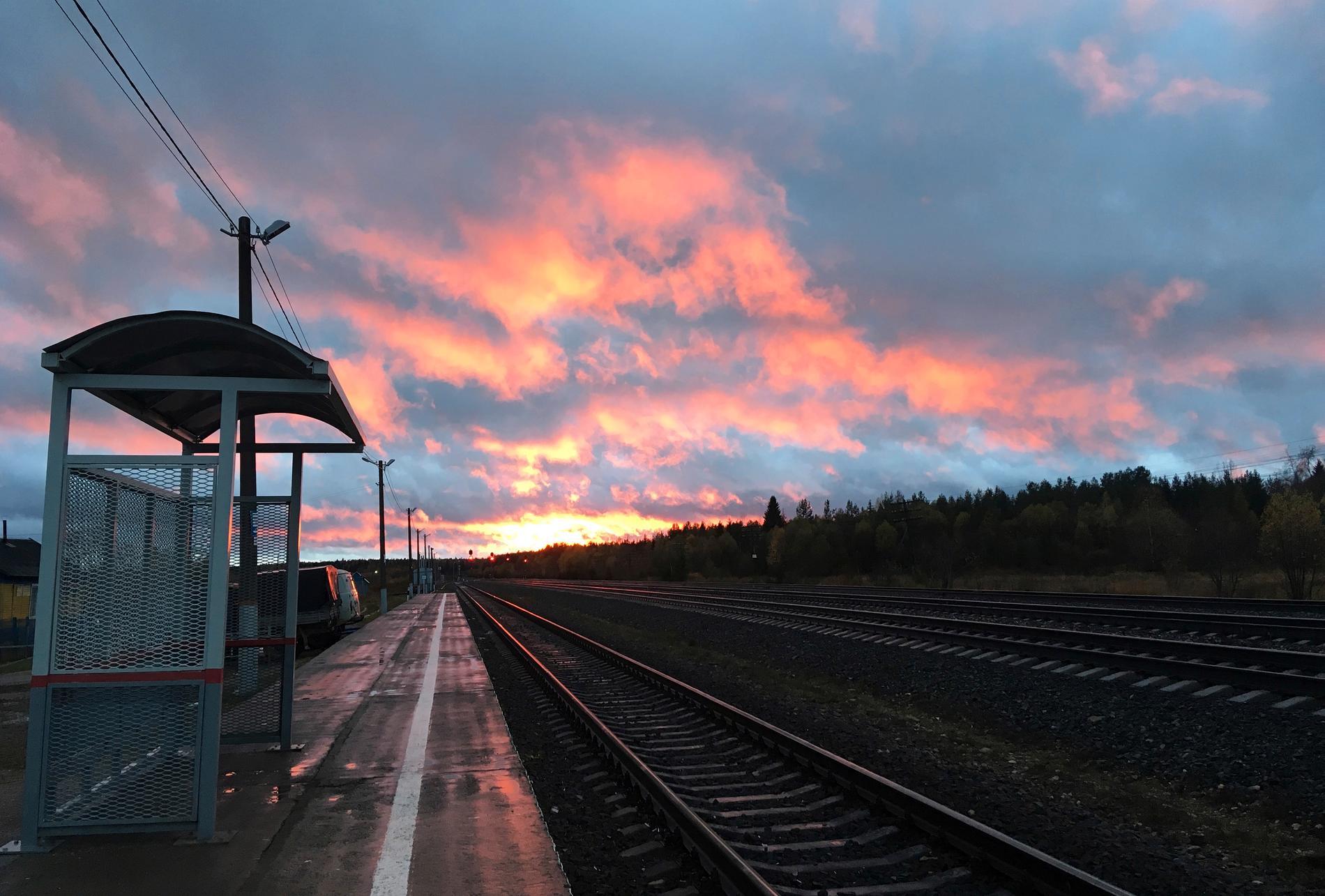 Solnedgång på järnvägsstationen i Lojga i norra Ryssland. Arkivbild.