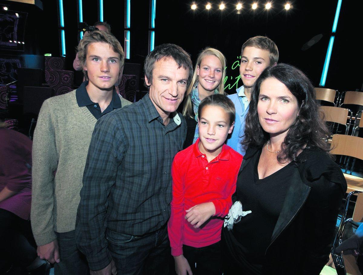 """FARSAN ÄR INTE PERFEKT"""" Mats Wilander tillsammans med sina barn Karl, 16, Emma, 17, Oskar, 12, och Erik, 14, och hustrun Sonya. """"Nu kommer vi att prata om det eftersom barnen kommer att fråga om det"""", säger Sonya efter direktsändningen. """"Det är jobbigt på så vis att de får se att farsan inte är perfekt"""", säger Mats."""""""