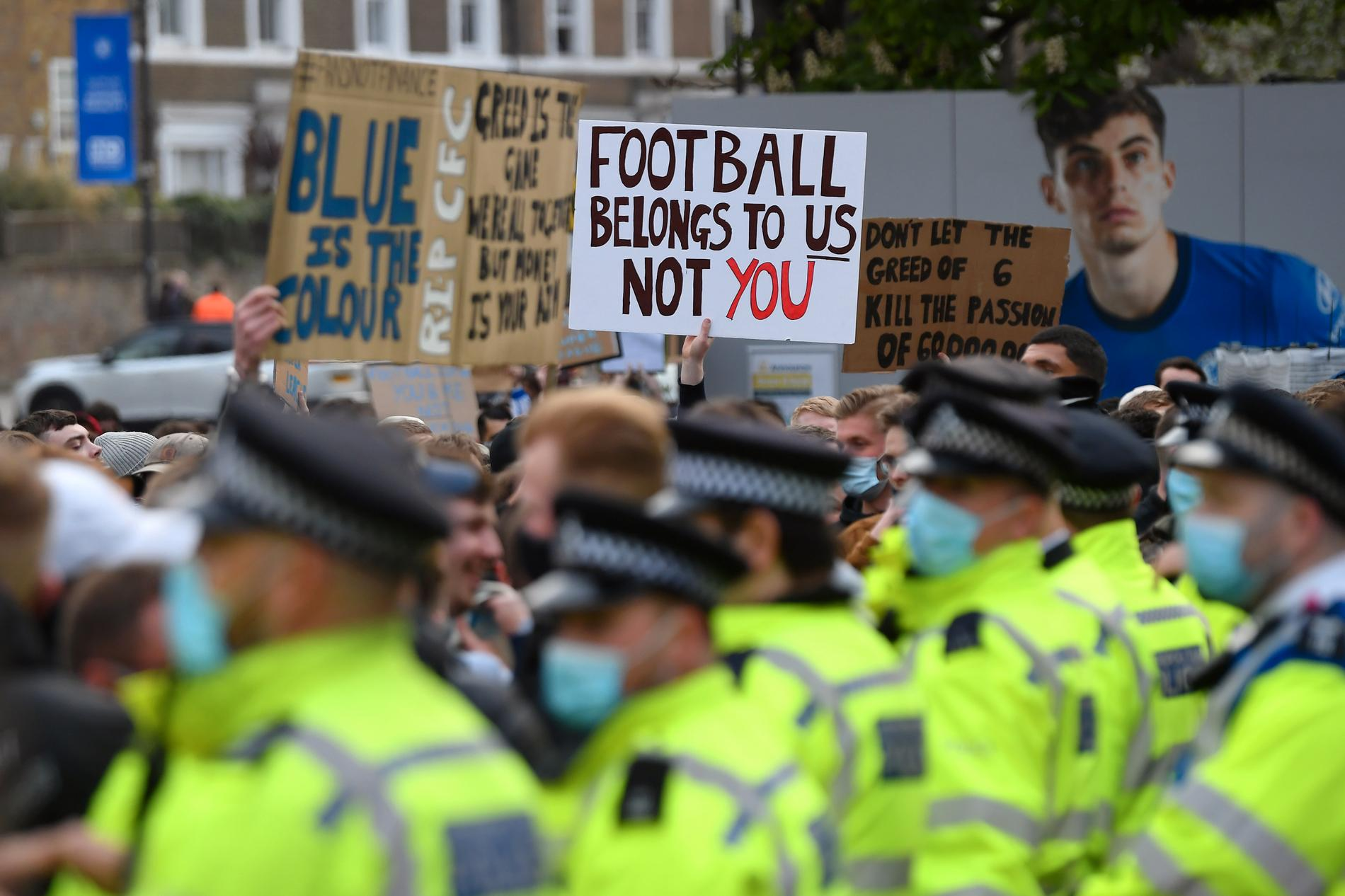 Protester mot Super League. Senare bekräftades att alla sex Premier League-klubbar drar sig ur.
