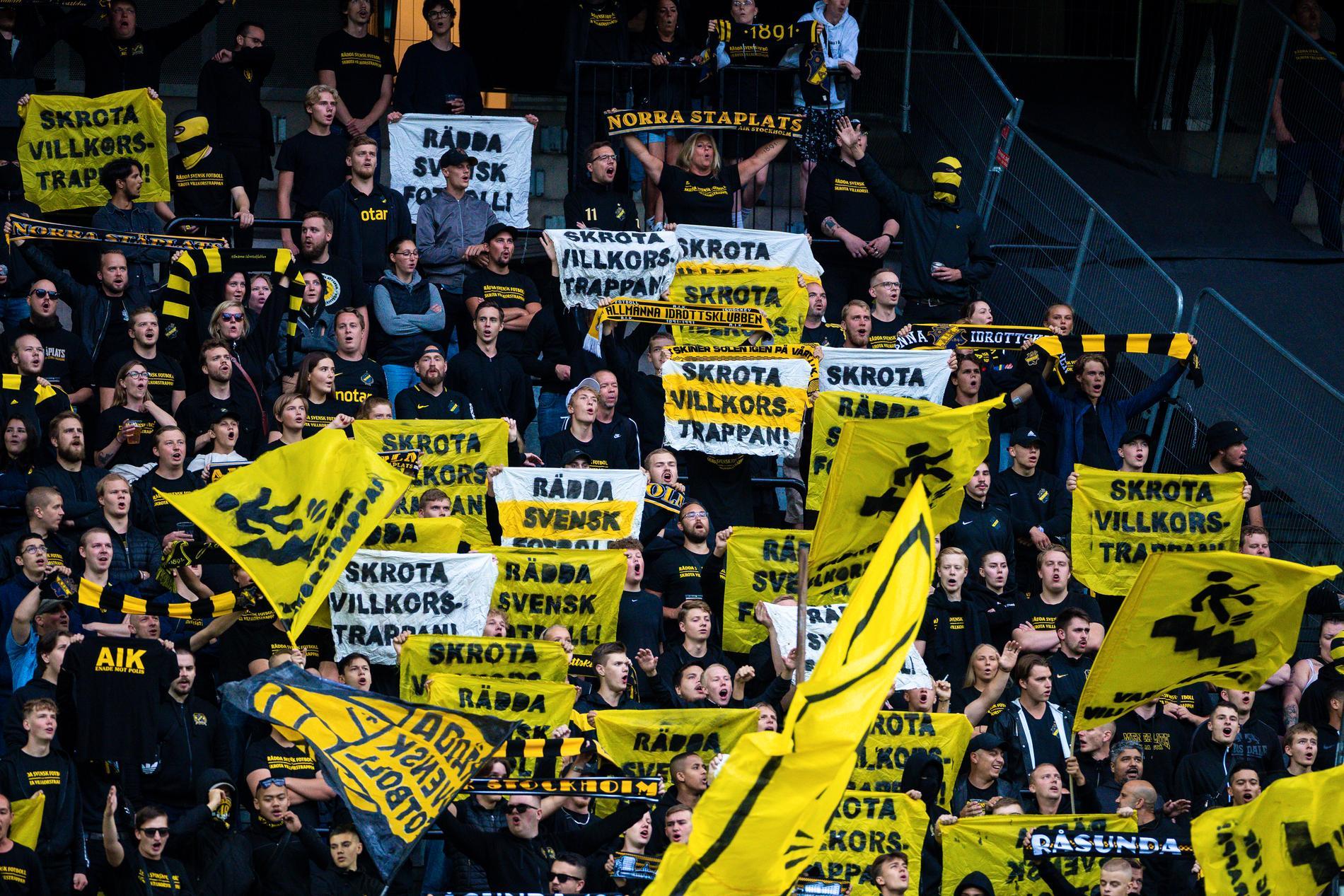 AIK-supportrar protesterar mot villkorstrappan på Friends Arena.