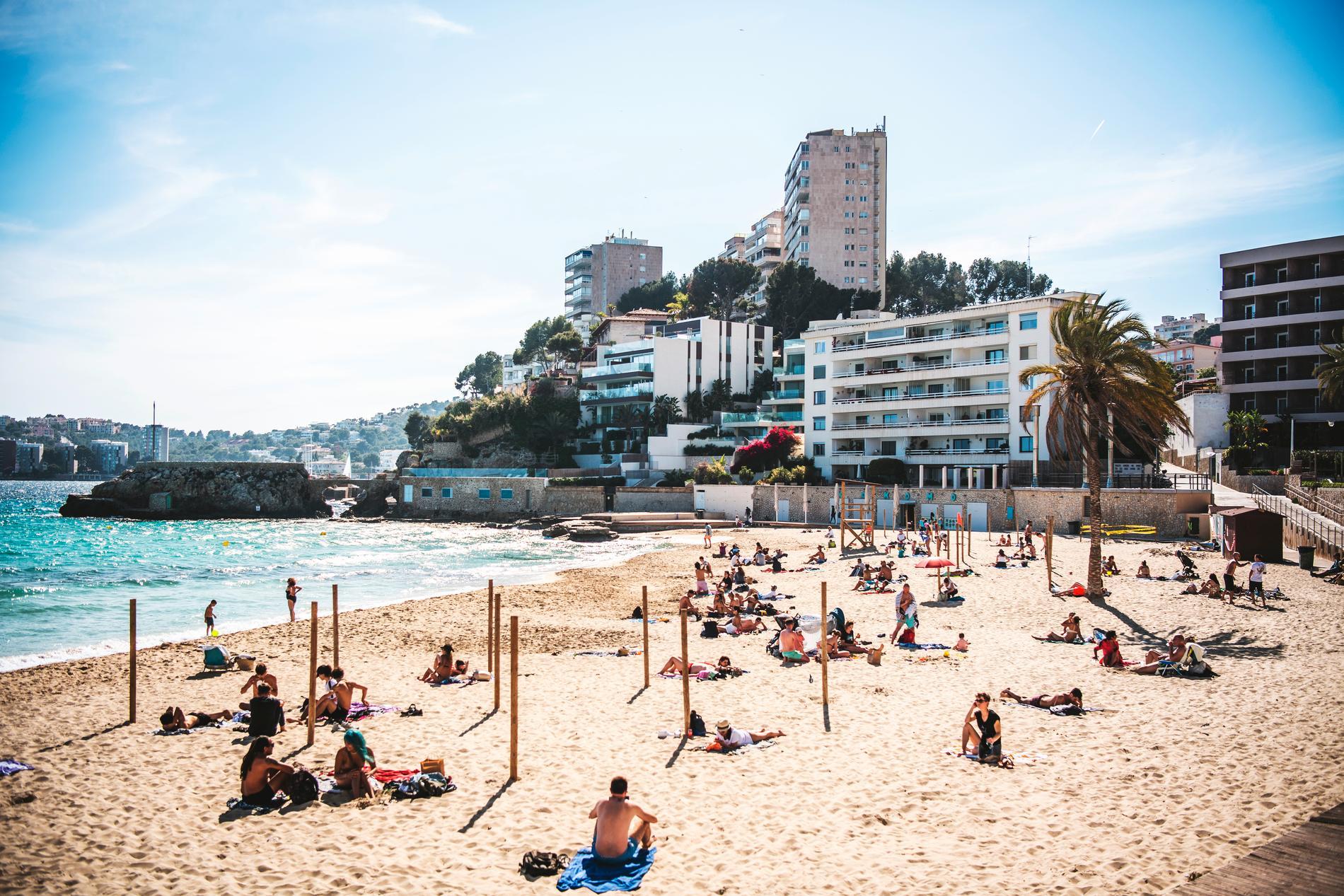 Stranden i Cala Major i  Palma på Mallorca i pandemitider. Resebolagen vittnar om att det mer och mer återgår till det normala i semesterparadisen. Att det är lite lugnare på stranden än vanligt kan ses som en fördel.
