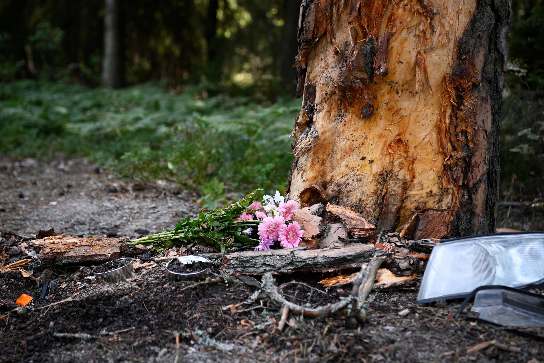 På måndagen låg en blombukett vid olycksplatsen.