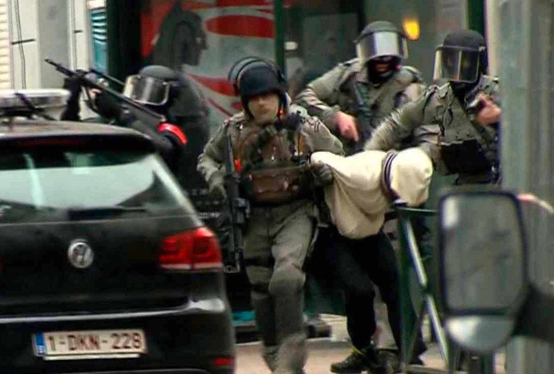 Salah Abdeslam när han greps i Molenbeek.