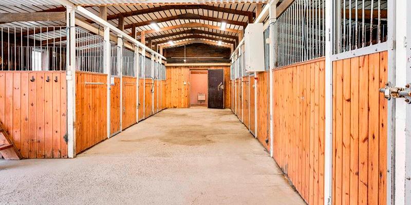 Stallet inrymmer bland annat 11 boxar men Patrik och Jasmine planerar att ha vissa hästar på lösdrift.
