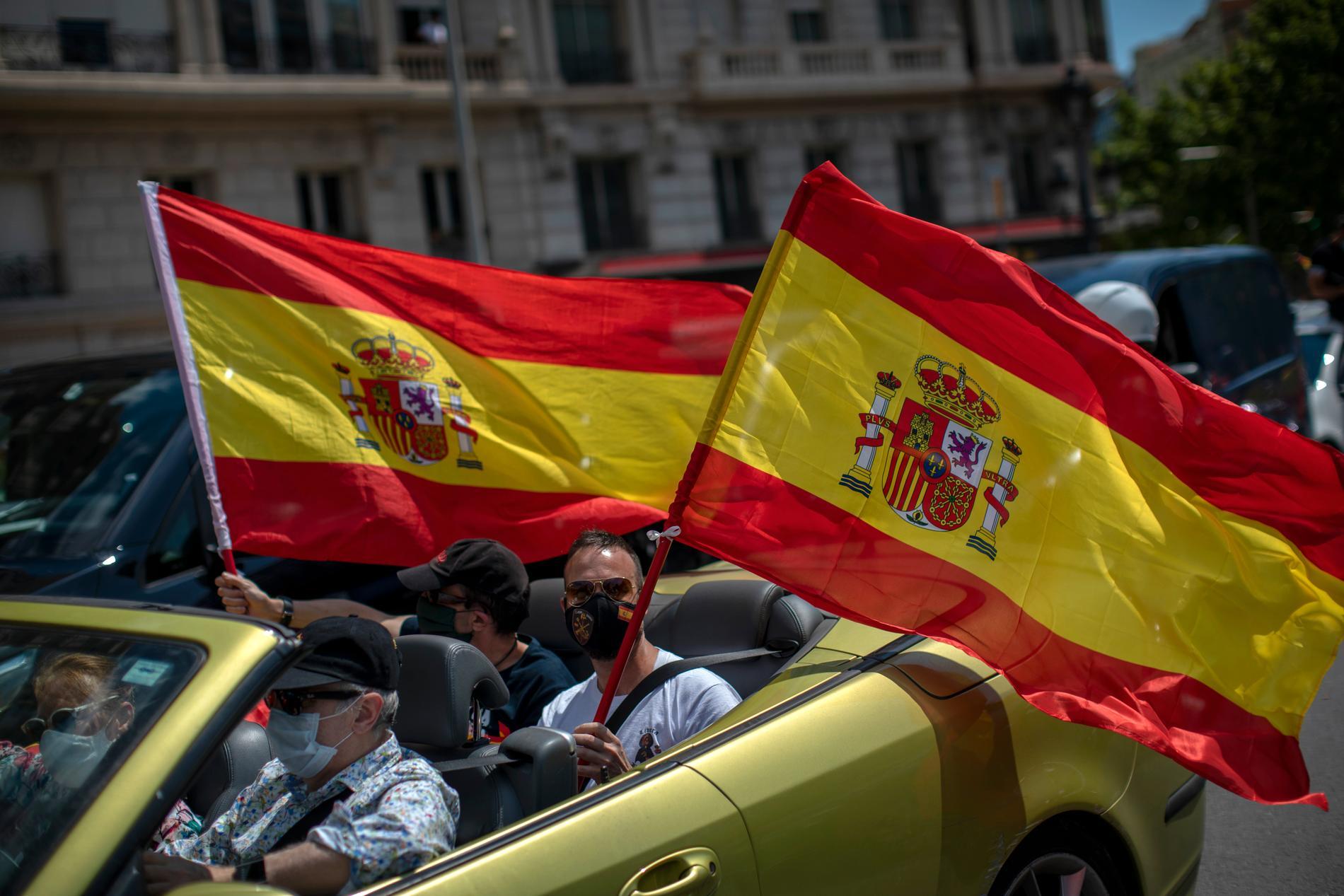 Man demonstrerade både mot att regeringen anses varit för långsam med att agera mot corona och mot restriktionerna.