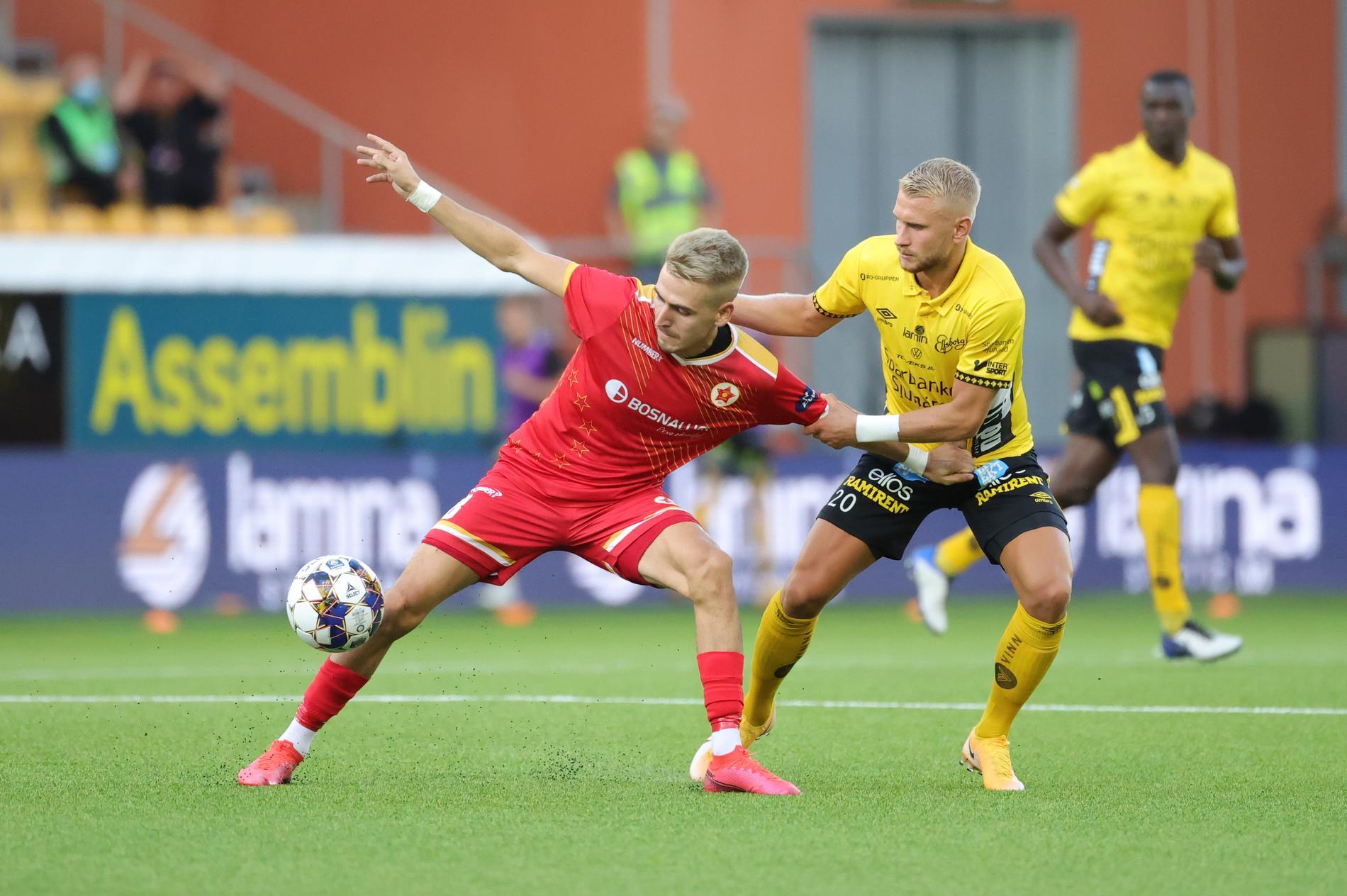 Velez Mehmed Cosic och Elfsborgs Simon Strand under torsdagens kvalmatch i Europa Conference League.