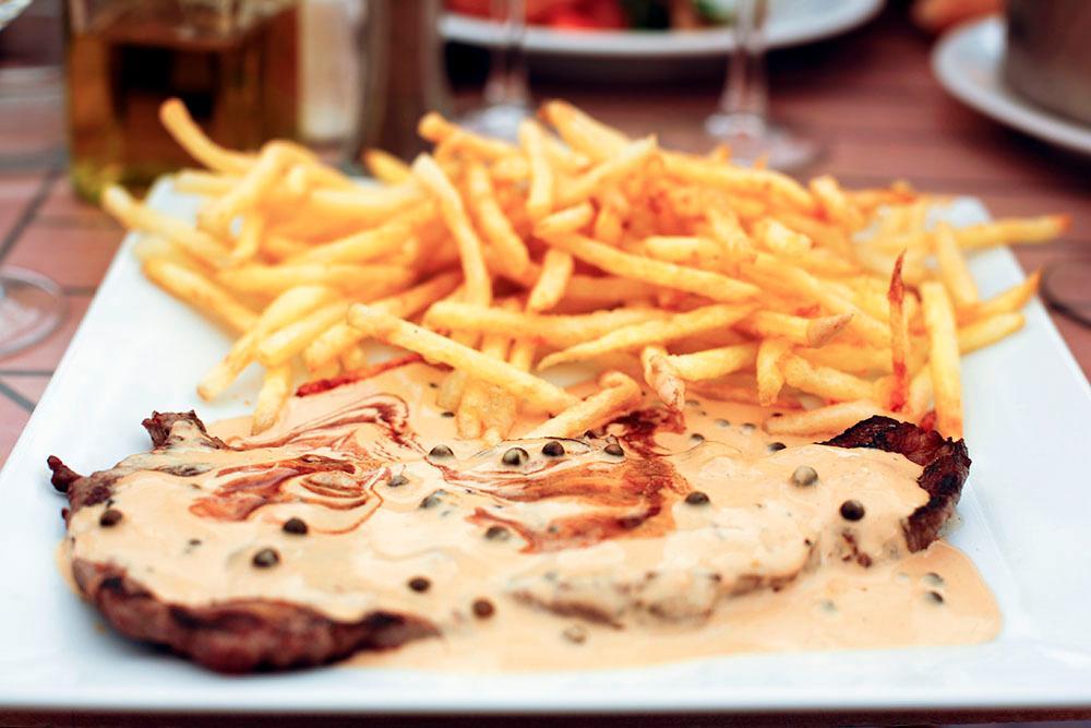 Grönpepparsås passar perfekt till grillat kött.