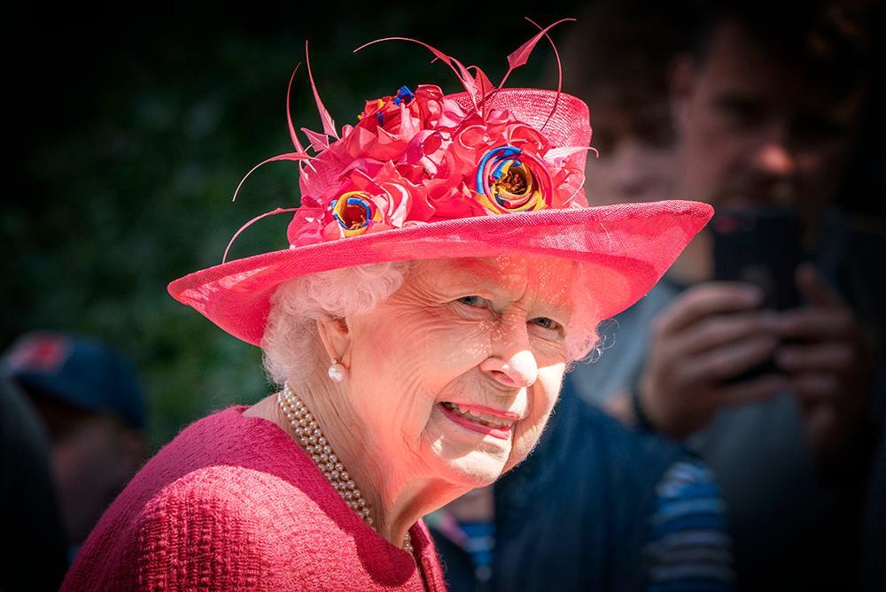 Drottning Elizabeth är inte glad över barnbarnet prins Harrys utspel i medierna.