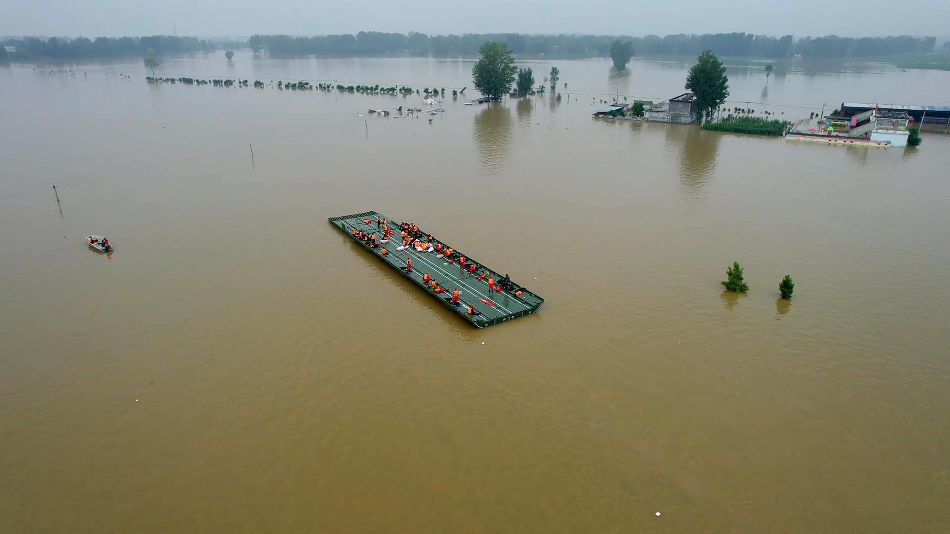 En provisorisk flotte som användes för att undsätta avskurna människor i provinsen Henan i slutet av juli.