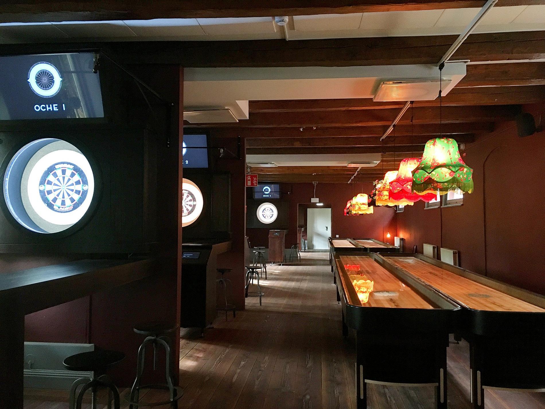 Intill baren finns en hall med shuffleboard och electric dartboard.