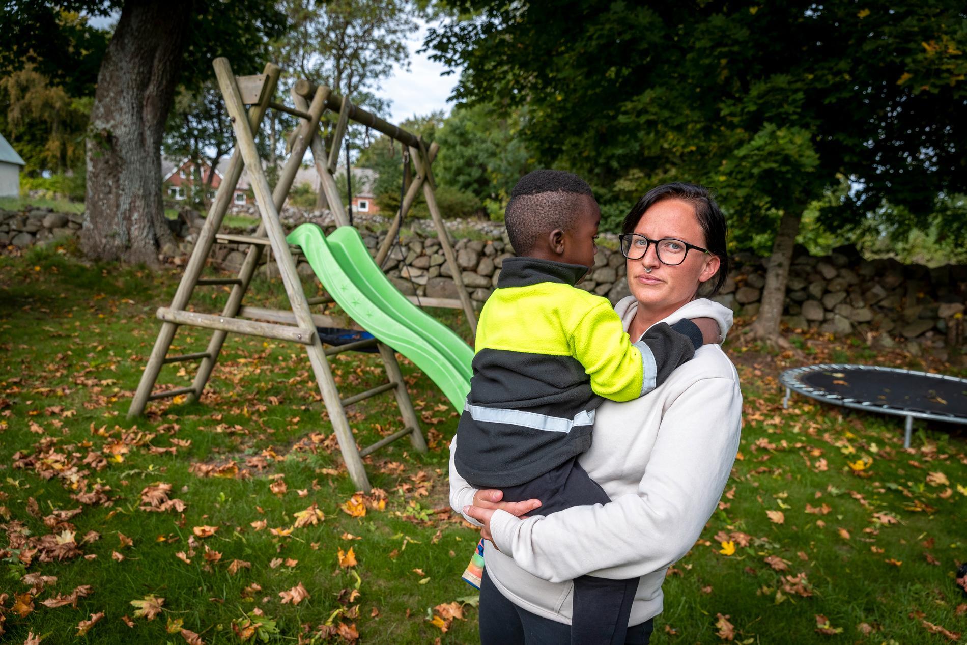 Treåriga Tim med sin familjehemsmamma Sandra.
