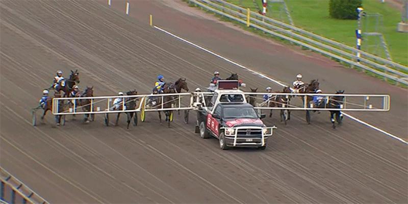 Startbilen accelererade inte vilket ledde till galopp på flera hästar.