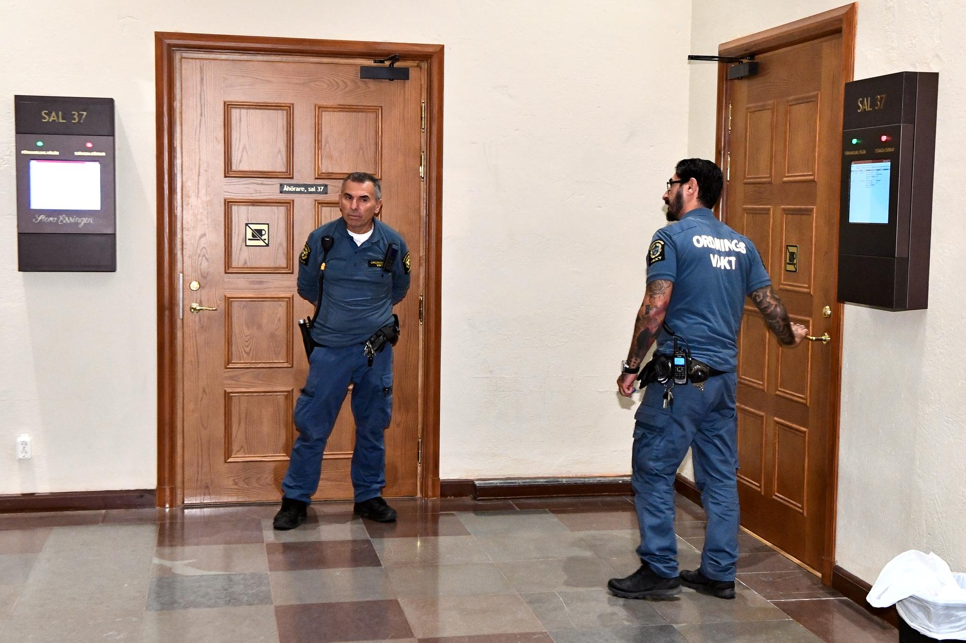 Ordningsvakter vid häktningsförhandlingen i Stockholms tingsrätt.