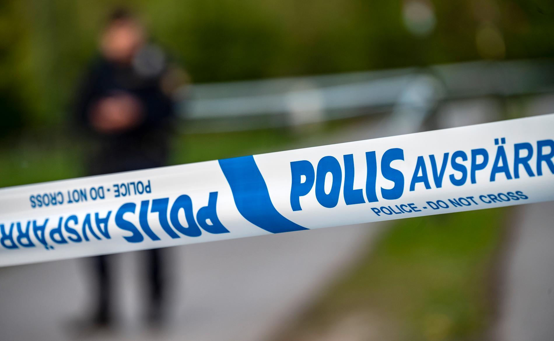 En man i 20-årsåldern vårdas på sjukhus sedan han hittats skottskadad i Skarpnäck i södra Stockholm – en man har gripits. Arkivbild.
