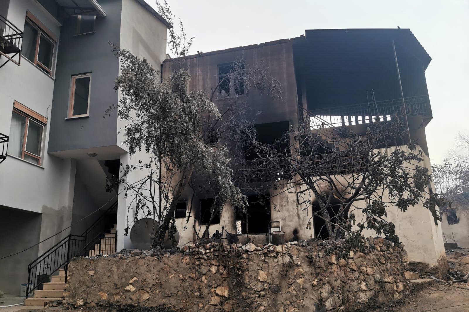 Flera hundra hus har förstörts i bränderna, vittnar Alanyabon Johanna Vallberg om.