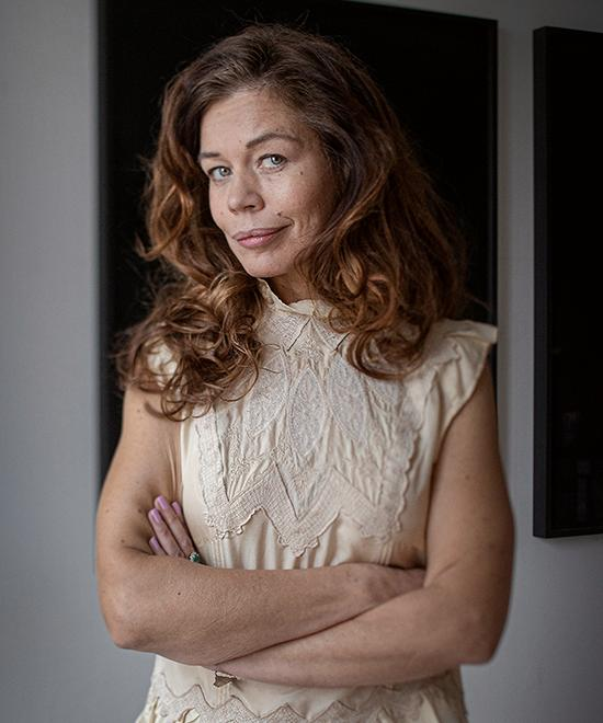 """Lotta Lundgren är aktuell med en ny annorlunda och personlig kokbok, """"Laga mig"""" (Albert Bonniers förlag)."""