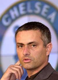 STRAFFAS José Mourinho och hans Chelsea kommer att straffas för ett möte med Arsenals Ashley Cole i januari tidigare i år.