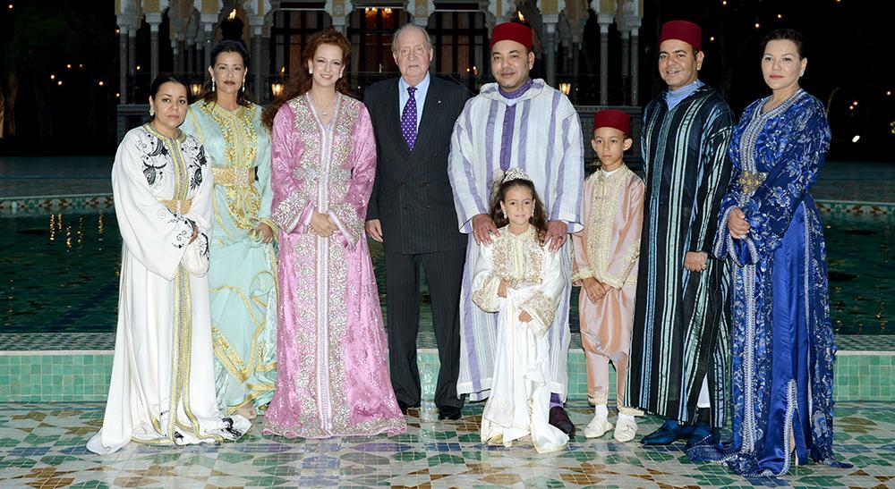 Prinsessan Lalla Asma står längst till vänster. Hon är syster till kung Mohammed VI som står bredvid spanska kung Juan Carlos.
