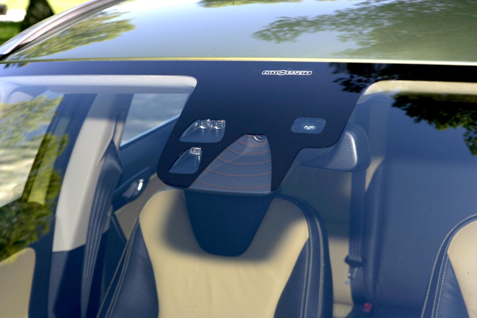 I vindrutan, nakom backspegeln, sitter det som styr mycket av Volvos system.