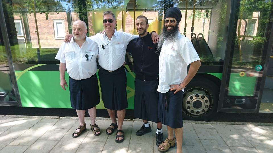 Kent Hällgren, Göran Sandberg, Said Bahram och Sony Singh har alla valt att bära kjol i protest mot arbetsgivarens shortsförbud.
