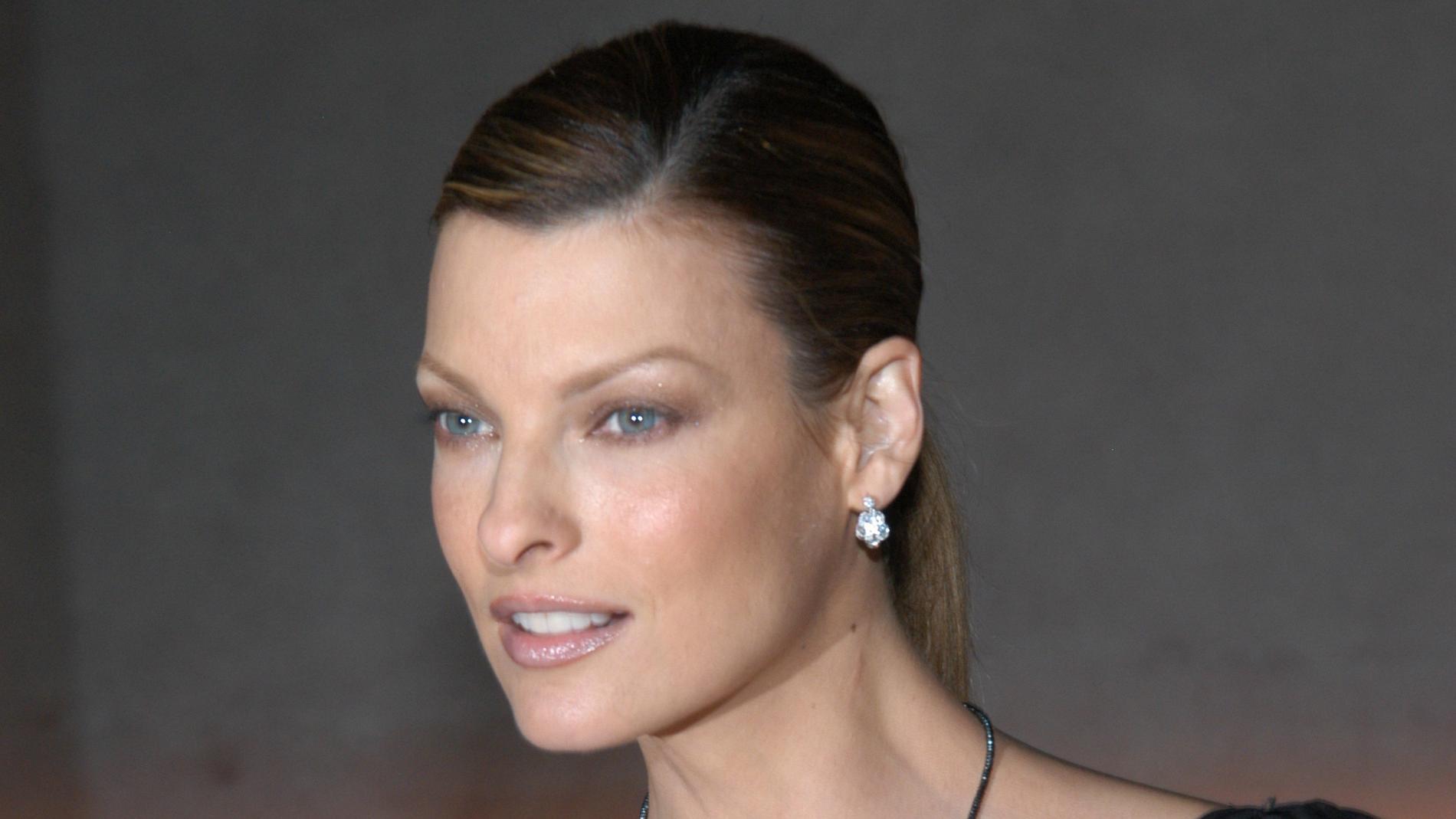 Linda Evangelista 2005, tio år innan hon säger sig ha fått sitt utseende förstört av ett ingrepp. Arkivbild.