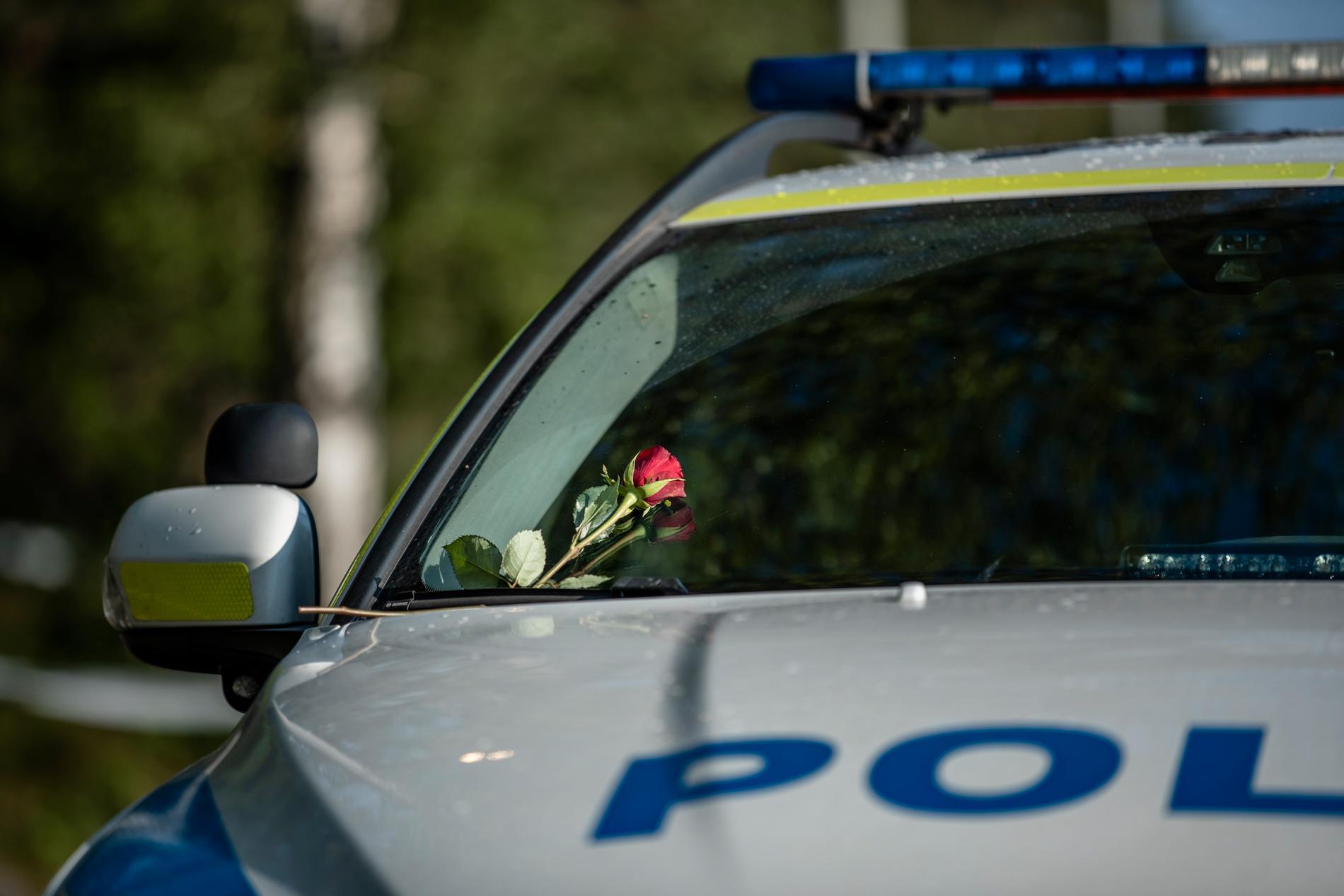 En ros som satts fast på en polisbil på Biskopsgården.