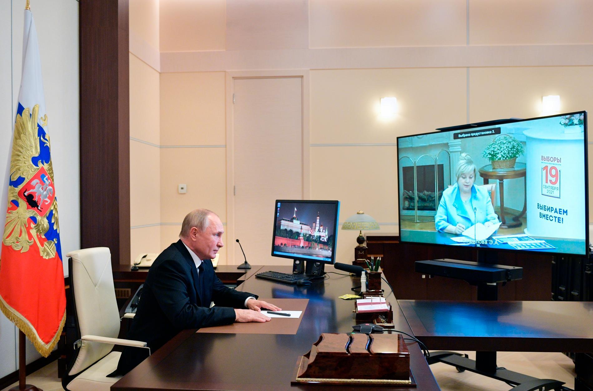 President Vladimir Putin i samtal med valkommissionens chef Ella Pamfilova efter valet.