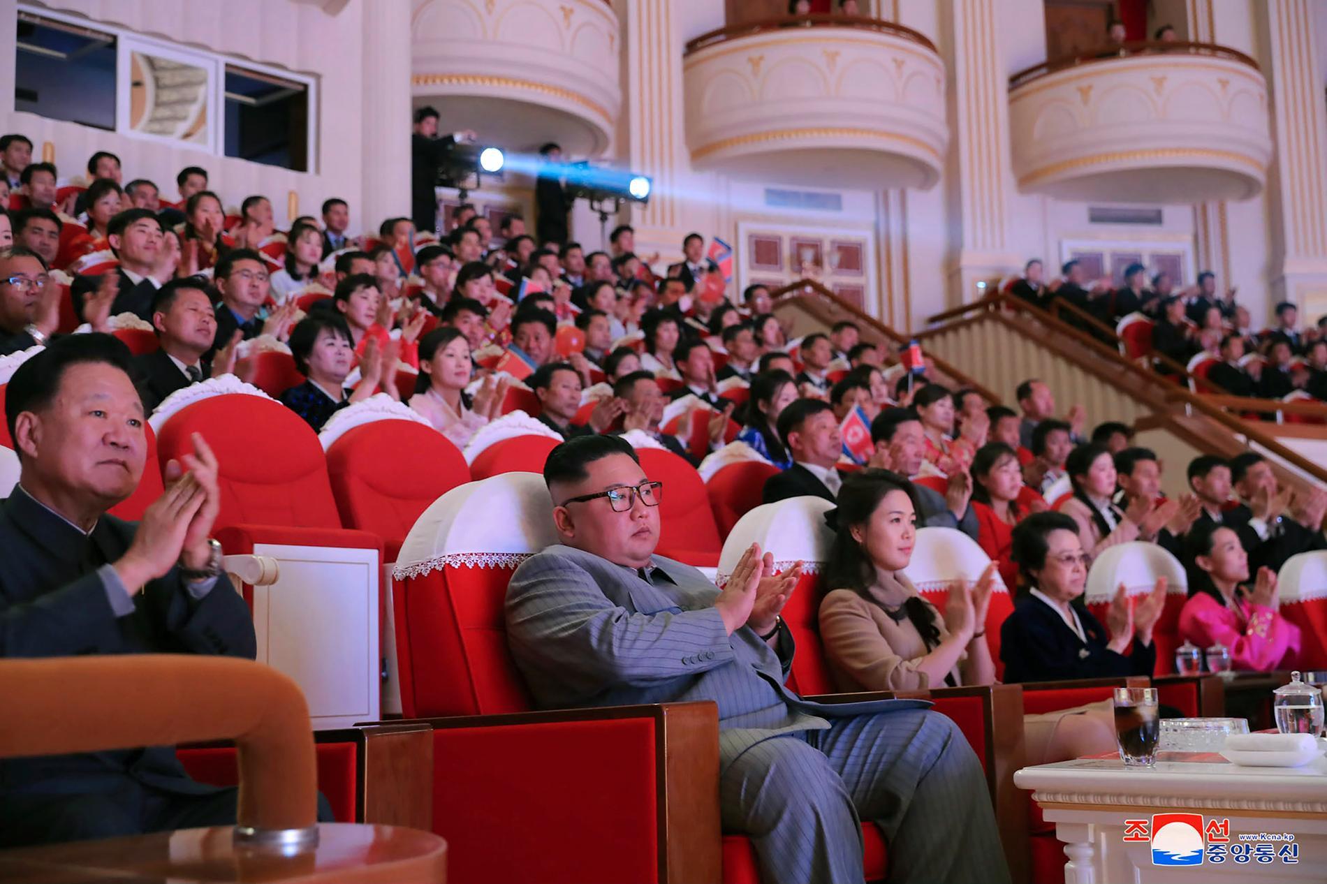 Kim Jong-Un applåderar en nyårskonsert i Pyongyang på lördagen. Närmast till höger om diktatorn sitter hustrun Ri Sol-Ju och ytterligare ett steg bort fastern Kim Kyong-Hui.