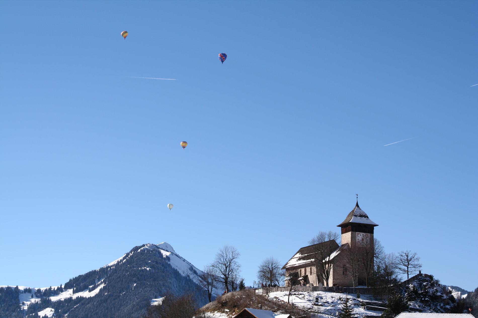 I Chateau D'oex kan du åka luftballong både på vintern och sommaren.