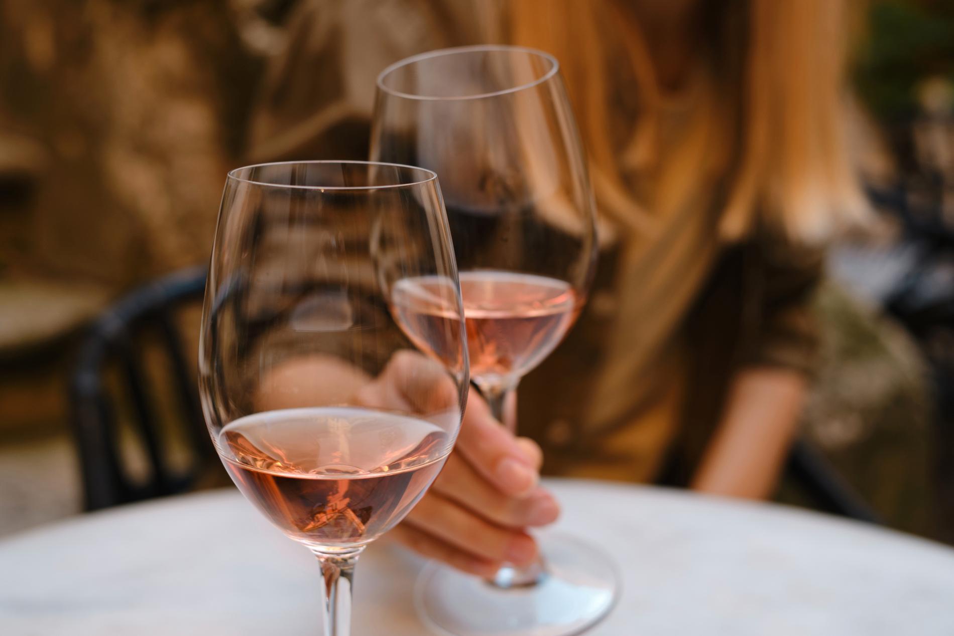 """I Frankrike har det dock nyligen tagits ett litet steg mot certifiering då """"Vin Mèthode Nature"""" blev en nationell benämning för metoden."""