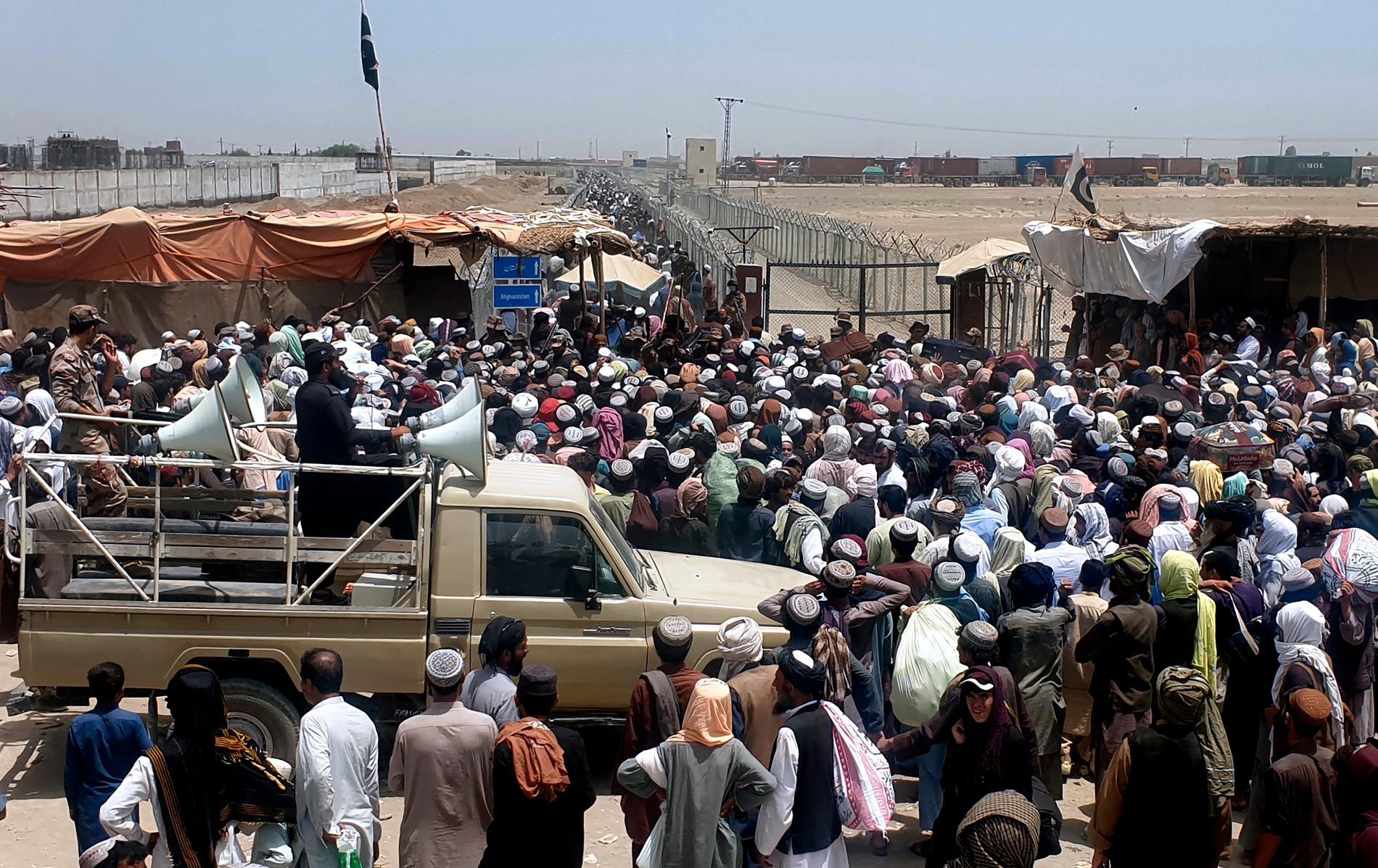 Många desperata resande försöker navigera den osäkra miljön vid gränsstationen Chaman. Bild från den 17 juli.