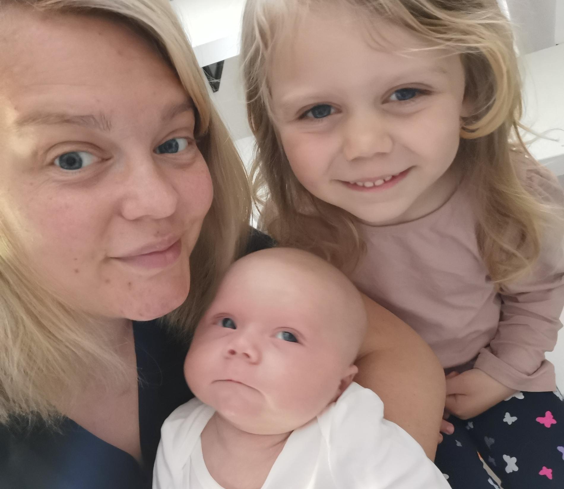 Joanna med sina två barn.