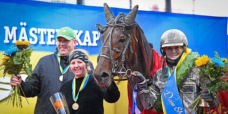 Så här såg det ut förra året (2020) då Linda Sedström vann Dam-SM med Rally Gunnar, tränad av Bajen-supportern Ulf Stenströmer.